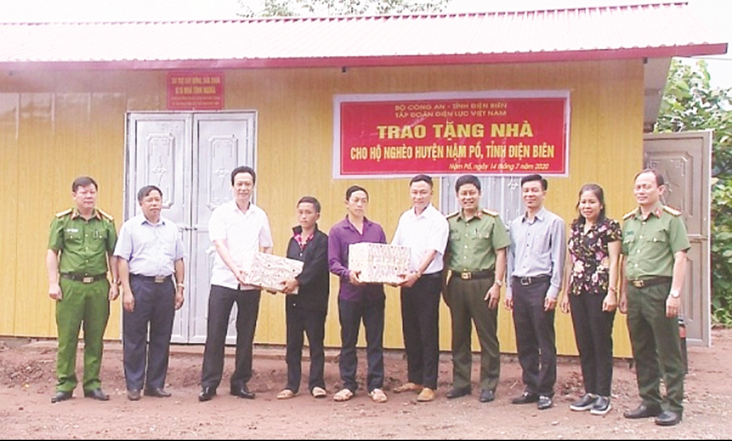 Lãnh đạo Bộ Công an, EVN và đại diện chính quyền bàn giao nhà cho gia đình anh Giàng A Chu tại bản Nậm Thà Là, xã Pa Tần.