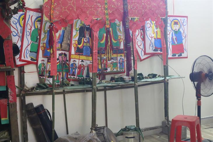 Những bức tranh mới trên chất liệu vải toan của anh Sâm trong Lễ Tẩu sai của dòng họ Chu ở xã Thịnh Vượng. Ảnh: Bích Nguyên