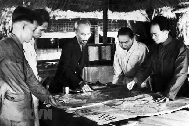Bộ chỉ huy Chiến dịch Điện Biên Phủ: Chủ tịch Hồ Chí Minh (giữa), Đại tướng, Tổng tư lệnh Võ Nguyên Giáp (ngoài cùng bên phải) và các đồng chí trong Bộ Chỉ huy chiến dịch. Ảnh: Tư liệu TTXVN