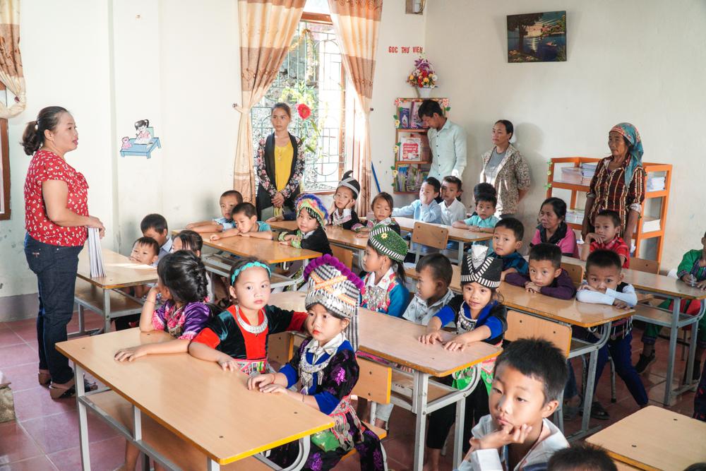Năm nay, Trường Tiểu học Nậm Cắn 1 có hơn 100 học sinh vào lớp 1. Trong ngày tựu trường, phụ huynh cũng được đón vào lớp để lắng nghe cô giáo trò chuyện, dặn dò, chuẩn bị bước vào năm học mới.
