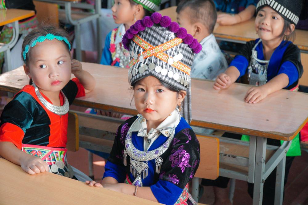 Biểu cảm đáng yêu của các bé bước vào lớp 1 Trường Tiểu học Nậm Cắn 1, huyện Kỳ Sơn, Nghệ An