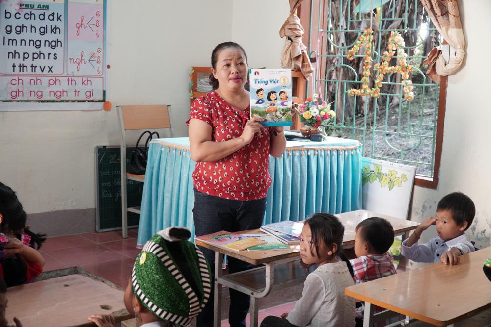 Năm học 2020 - 2021, học sinh lớp 1 sẽ học sách giáo khoa mới. Giá mỗi bộ sách cả 2 tập khoảng hơn 600 nghìn. Đây cũng là khoản tiền lớn đối với phụ huynh vùng biên giới. Vì vậy, cô giáo cũng thông báo để phụ huynh được biết thông tin và cố gắng trang bị đầy đủ cho các con.