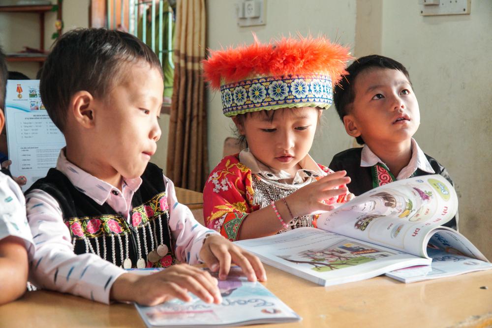 Niềm vui của trẻ khi được nhận sách giáo khoa mới