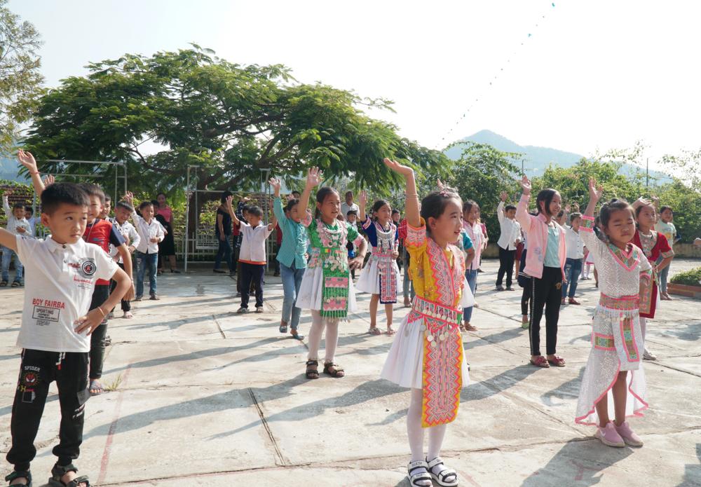 Các em học sinh tập trung ở sân trường hát múa đồng diễn