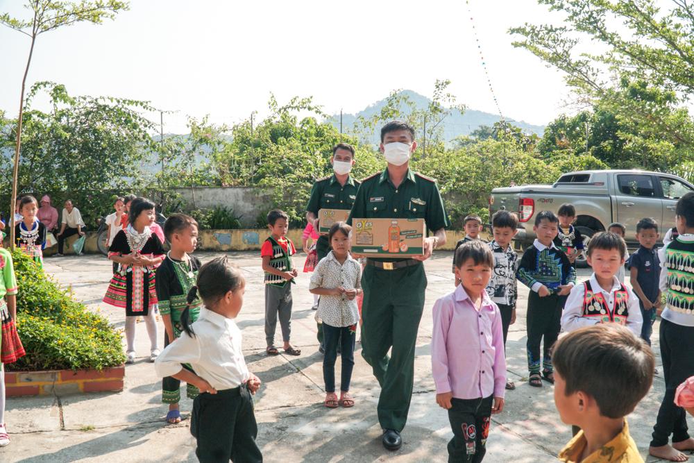 Là trường đóng tại xã biên giới giáp Lào, trong ngày tựu trường, chiến sĩ Đồn biên phòng Nậm Cắn đã đến trao quà động viên thầy cô, học sinh Trường Tiểu học Nậm Cắn 1.