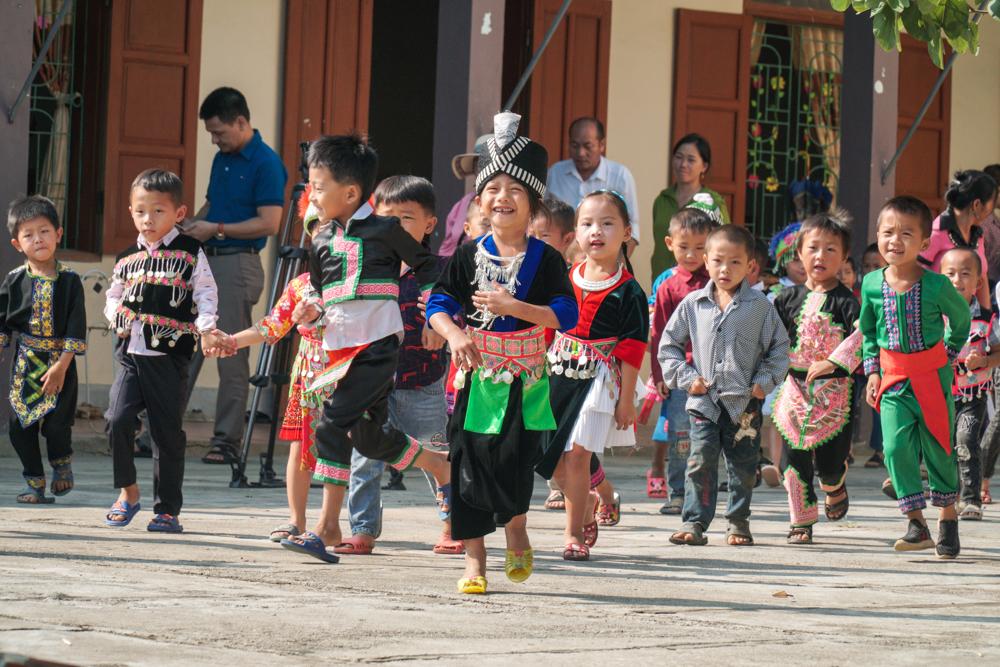 Học sinh Trường Tiểu học Nậm Cắn 1 (huyện Kỳ Sơn, Nghệ An) háo hức mặc trang phục truyền thống đi tựu trường