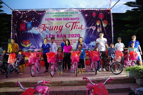 CLB Thiện nguyện Kết Tâm trao tặng 14 xe đạp cho học sinh nghèo vượt khó.