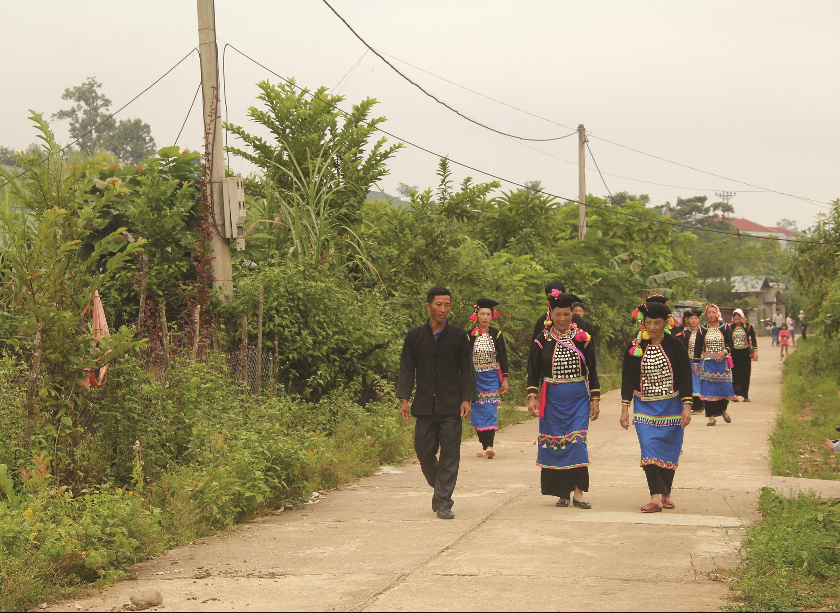 Nhờ sự vận động của ông Pờ Chà Xe mà những tuyến đường giao thông nông thôn ở bản Sì Thau Chải được hoàn thành từ sự đồng thuận của Nhân dân.