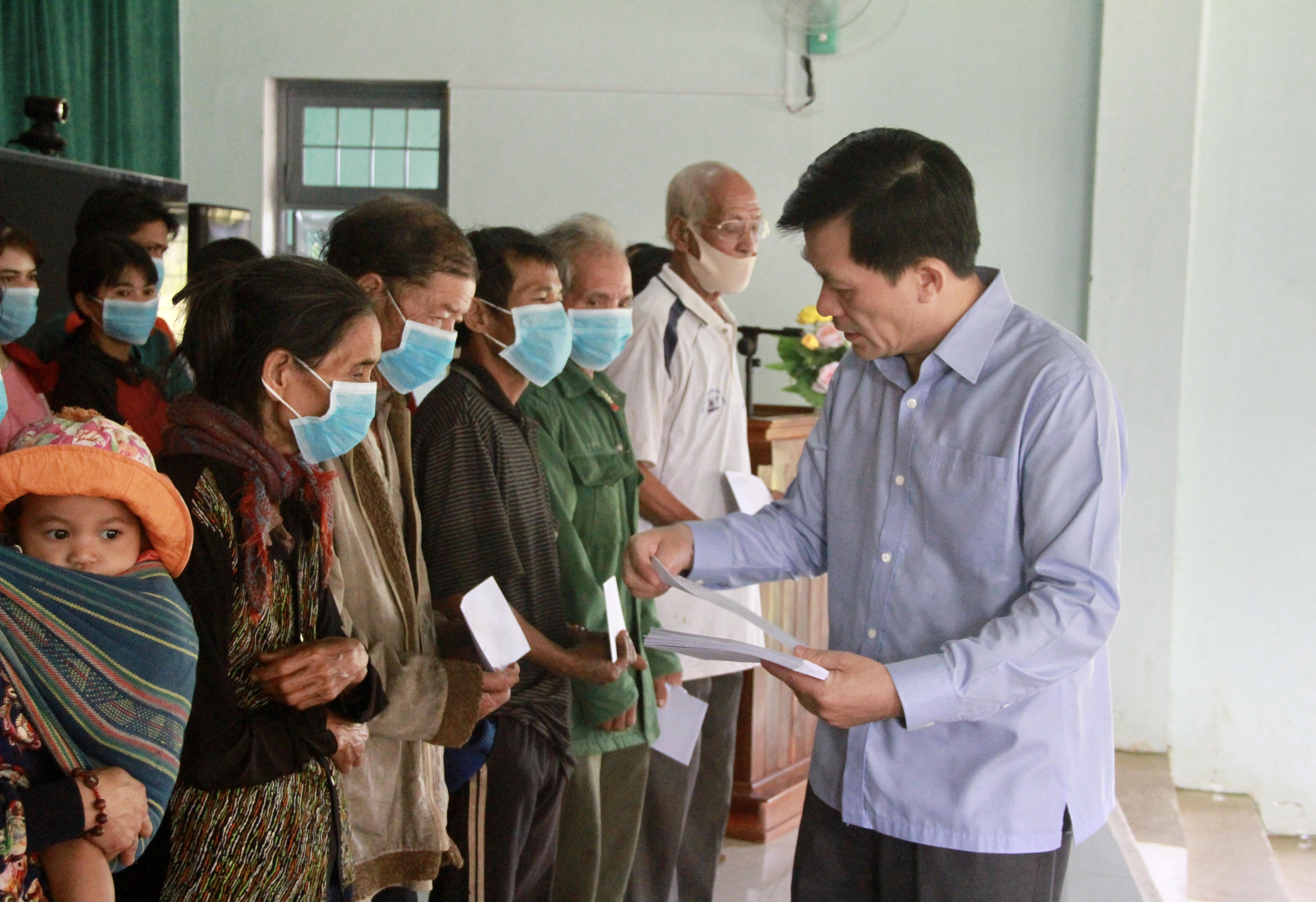Thứ trưởng, Phó Chủ nhiệm UBDT Nông Quốc Tuấn tặng quà cho đồng bào DTTS khó khăn tại xã Đăk Pxi