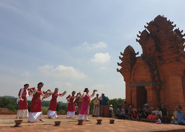 Đồng bào dân tộc Chăm giới thiệu điệu múa truyền thống tới du khách. Ảnh: Hoàng Hải