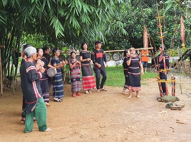 Đồng bào dân tộc Ê Đê giao lưu âm nhạc truyền thống với các đồng bào dân tộc khác tại Làng Văn hóa - Du lịch các dân tộc Việt Nam. Ảnh: Hoàng Hải