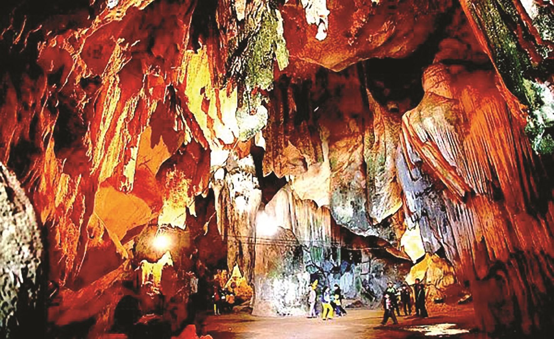 Hang Thẳm Bua (tiếng Thái) ở Nghệ An chưa được nhiều khách du lịch biết đến.