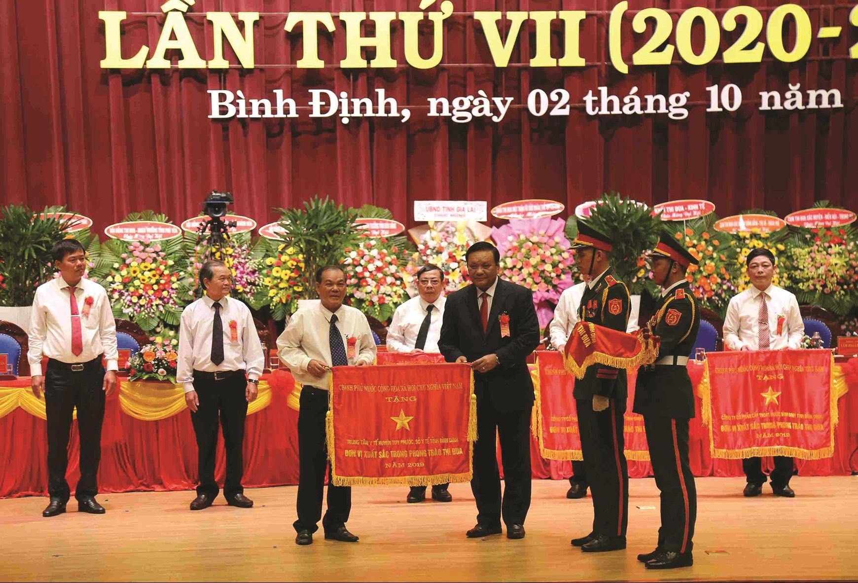 Lãnh đạo tỉnh Bình Định tặng Cờ thi đua cho các tập thể, cá nhân có thành tích xuất sắc.