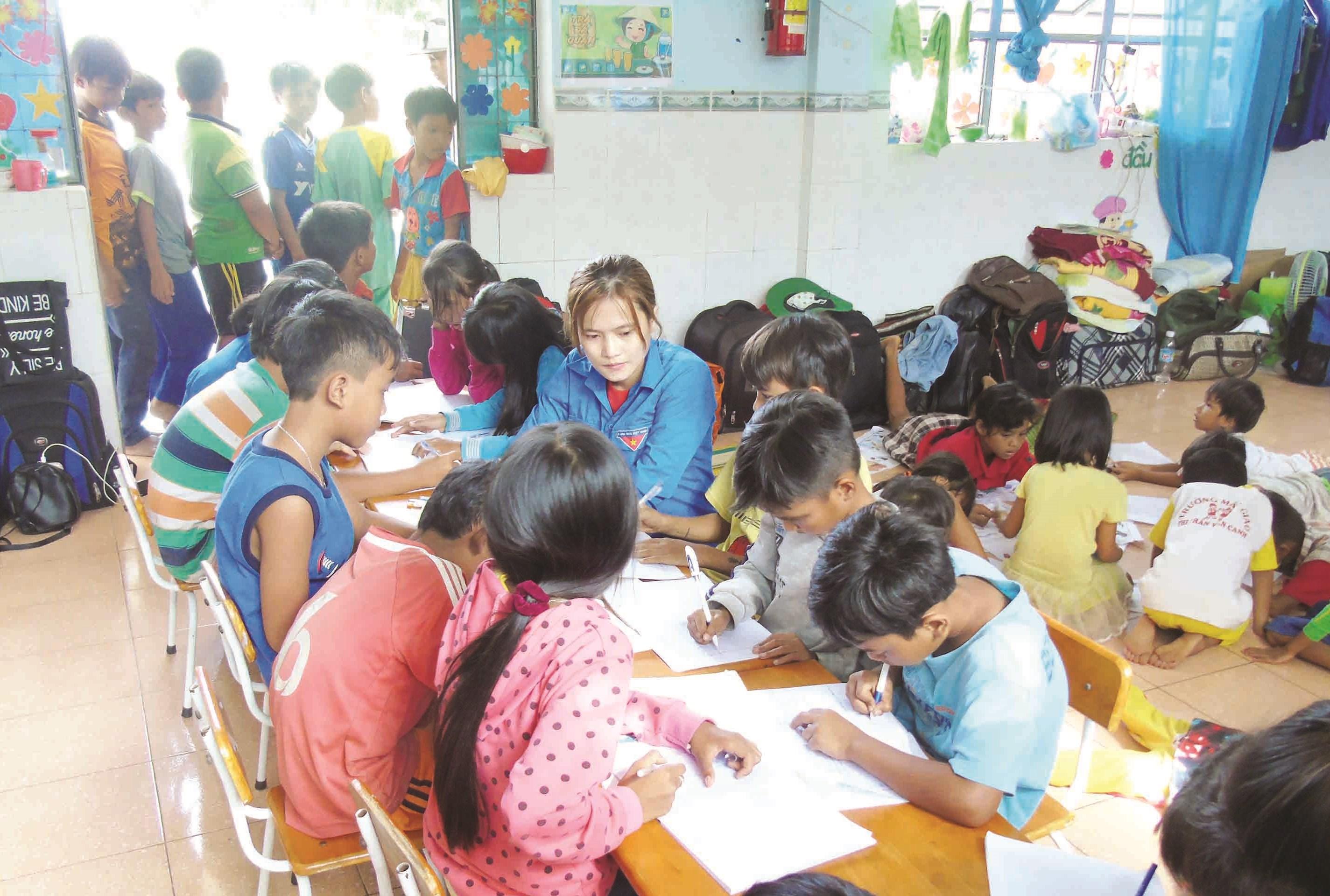 Các đoàn viên tình nguyện giúp các em học sinh DTTS nâng cao tiếng Việt