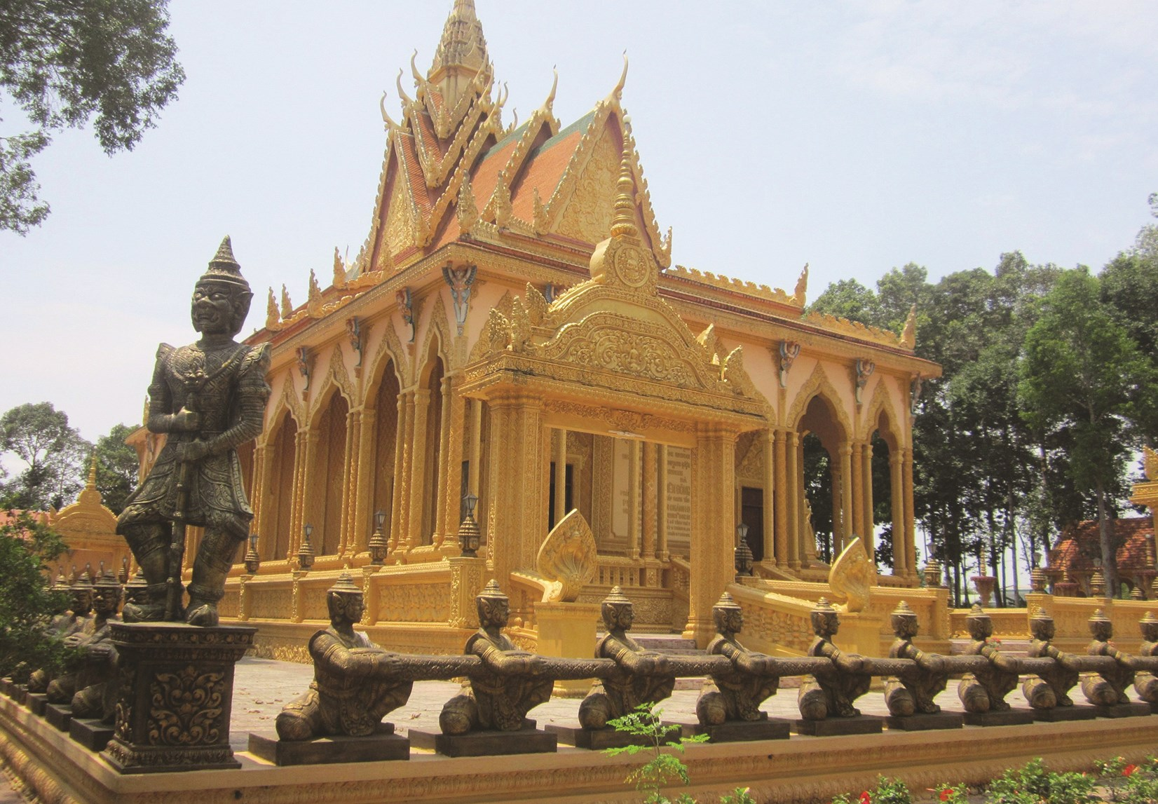 Chùa Vàm Ray (ấp Vàm Rây, xã Hàm Tân, huyện Trà Cú) có kiến trúc rất đẹp.
