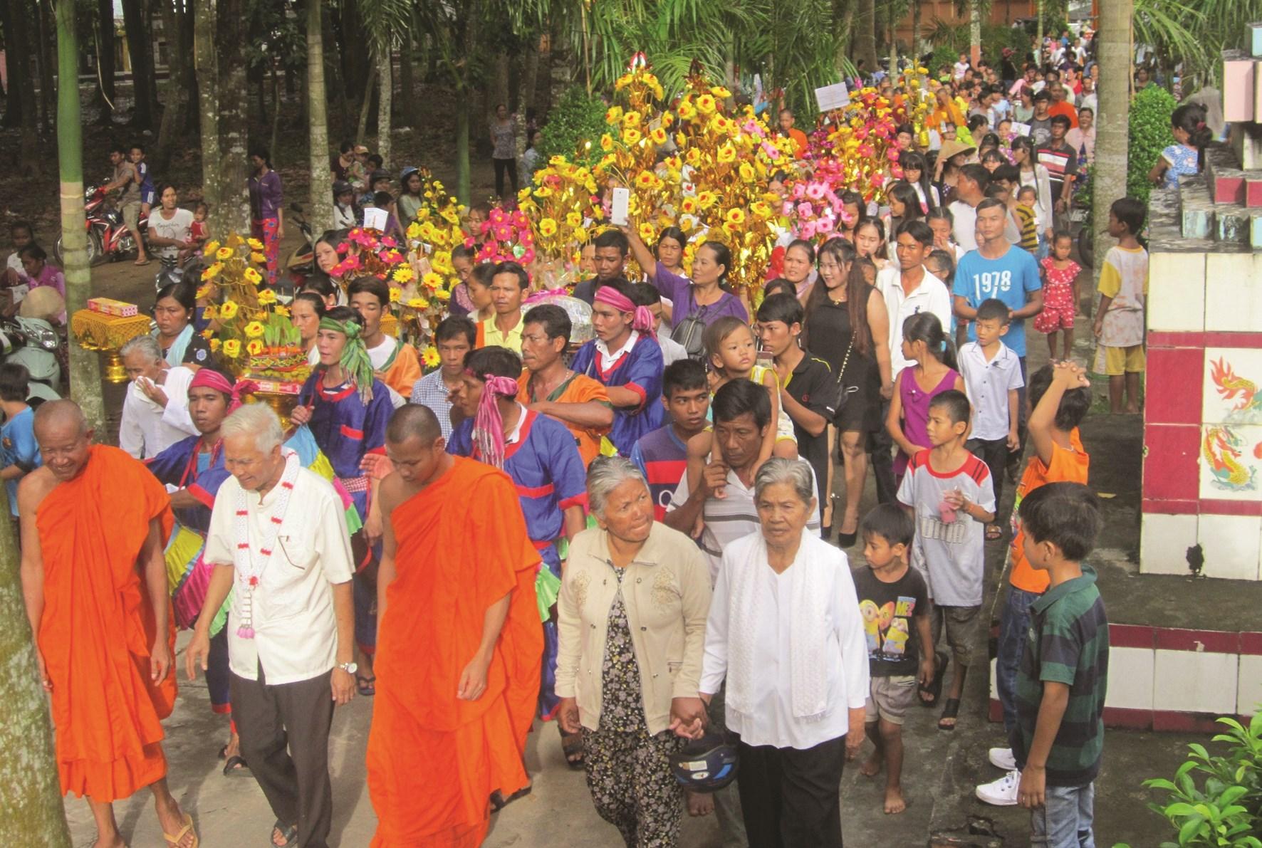 Phum sóc Trà Vinh mùa phật tử dâng y, dâng bông cho chùa ngày Lễ Kathina.