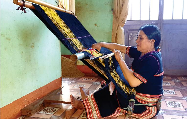 Bà Mlốp là gương sáng điển hình trong việc gìn giữ nghề dệt thổ cẩm truyền thống
