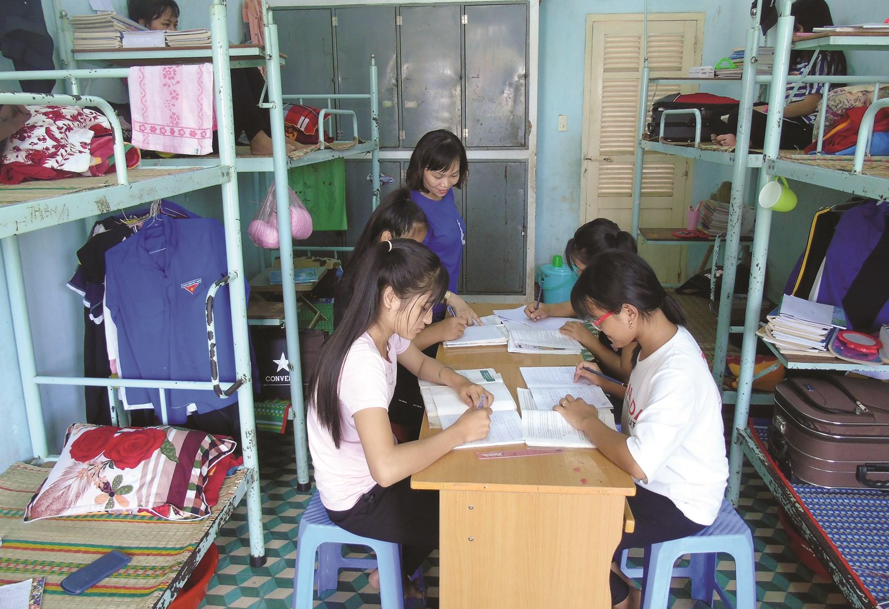 Việc các Trường DTNT thiếu giáo viên sẽ rất khó cho việc dạy và quản lý học sinh. (Ảnh minh họa)