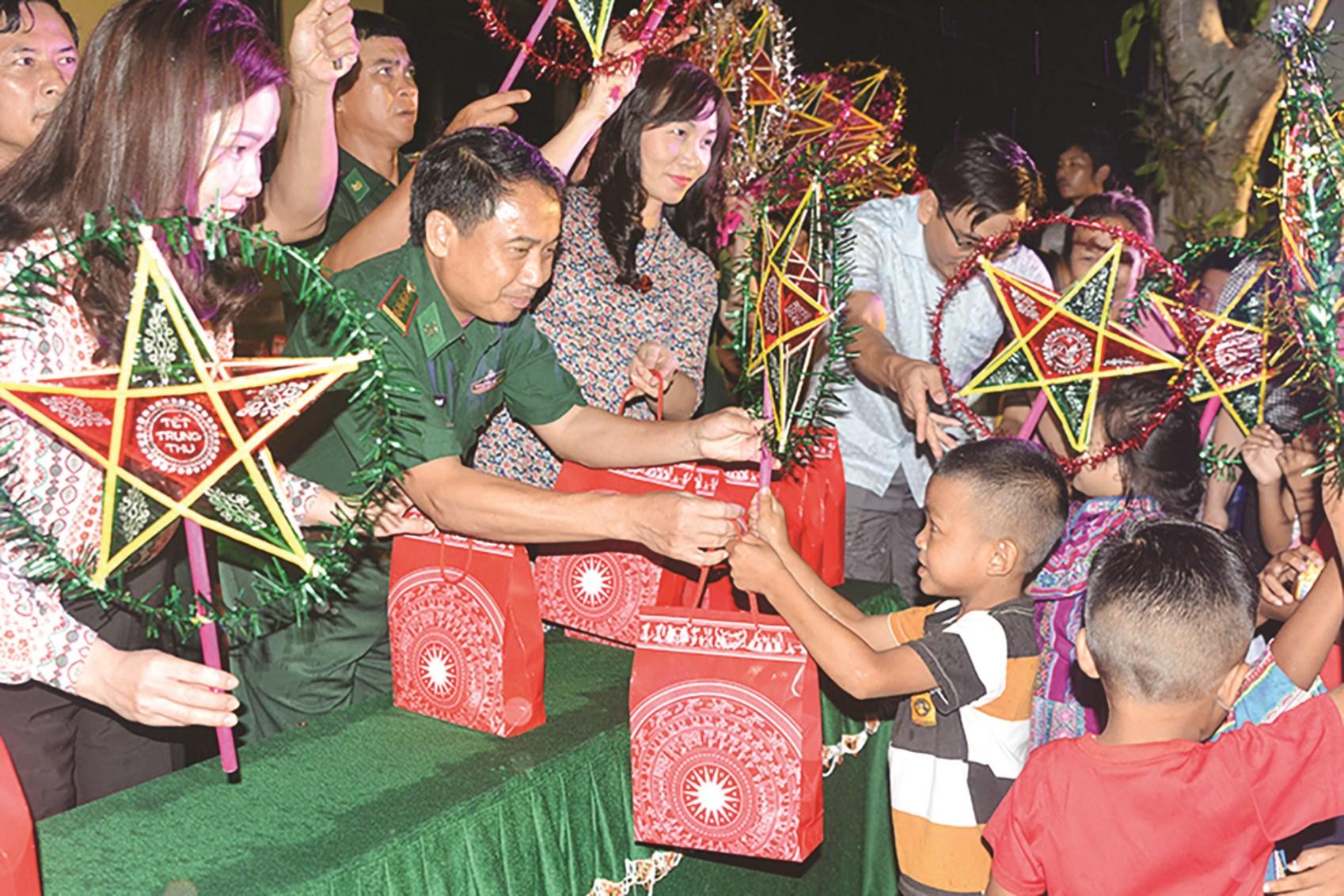 BĐBP Hà Tĩnh tổ chức Trung thu năm 2020 cho trẻ em dân tộc Chứt ở bản Rào Tre