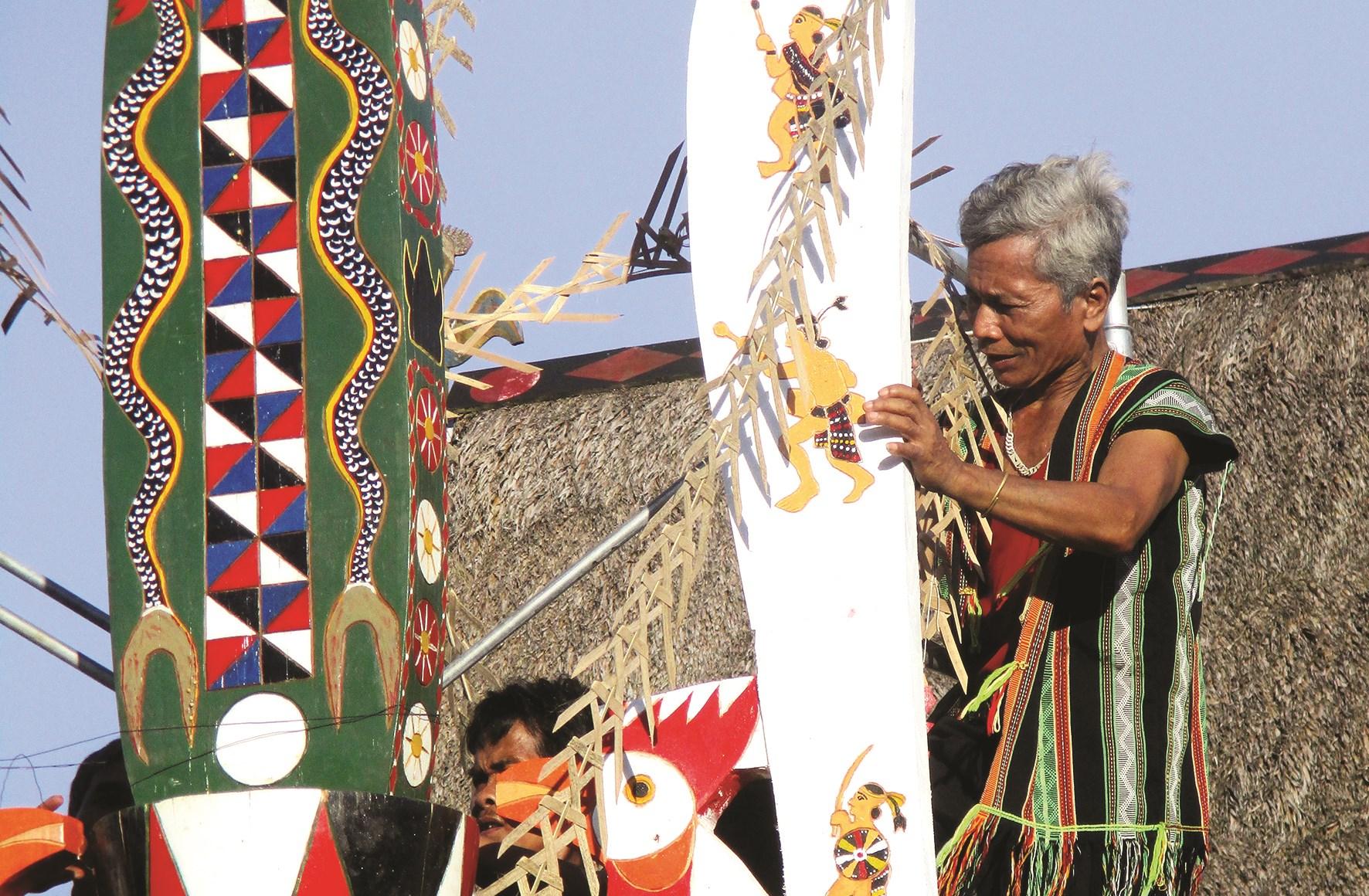 Ông Pố tham gia phục dựng cây nêu truyền thống tại lễ hội văn hóa địa phương
