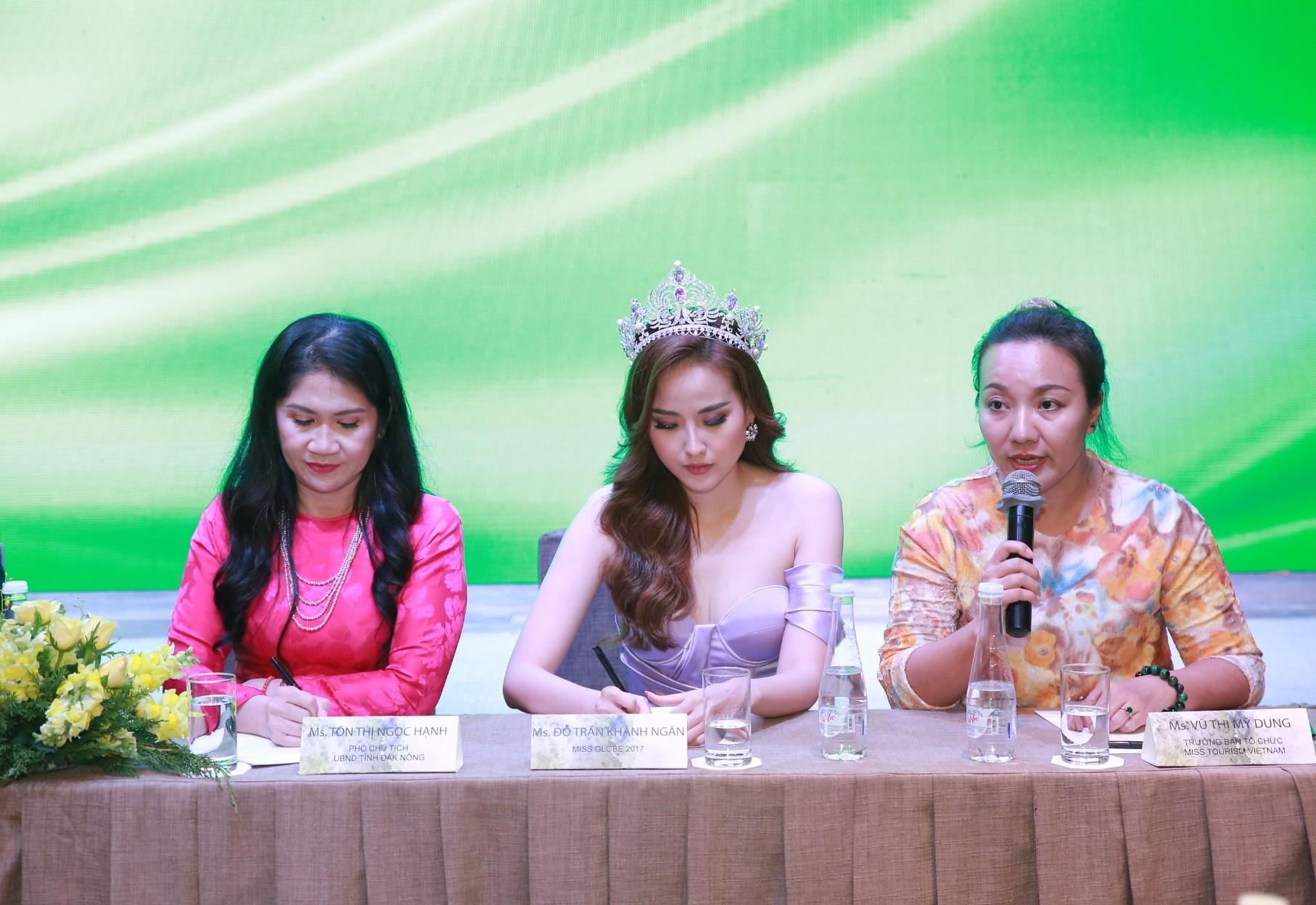 Bà Tôn Thị Ngọc Hạnh, Phó Chủ tịch Tỉnh Đắk Nông (áo đỏ) tham dự họp báo với Hoa hậu Ngân Khánh