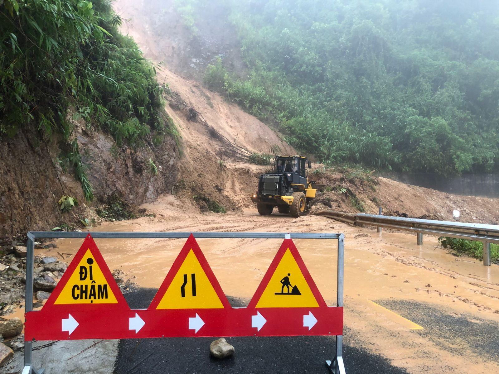 Trước diễn biến bất lợi của thời tiết, sáng 8/10, toàn bộ học sinh các cấp trên địa bàn tỉnh Thừa Thiên – Huế phải nghỉ học.