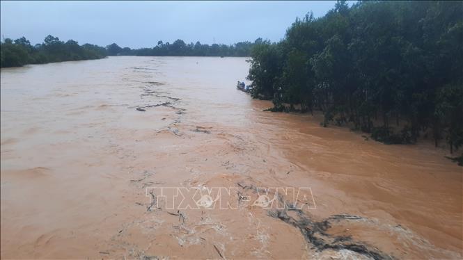 Nước lũ trên sông Hiếu đoạn qua huyện Cam Lộ, Quảng Trị gây ngập lụt nghiêm trọng. Ảnh: Hồ Cầu/TTXVN