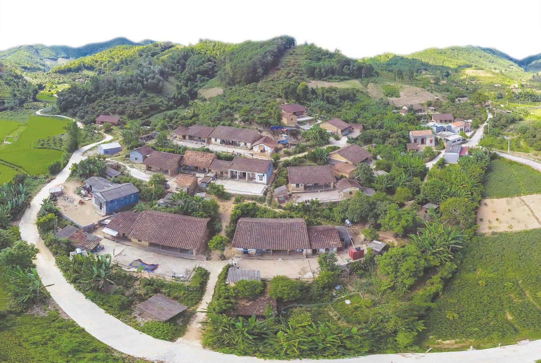 Những ngôi nhà đất nâu óng quần tụ trên một ngọn đồi ở Bắc Hoa. Ảnh: Dương Tiến Dũng