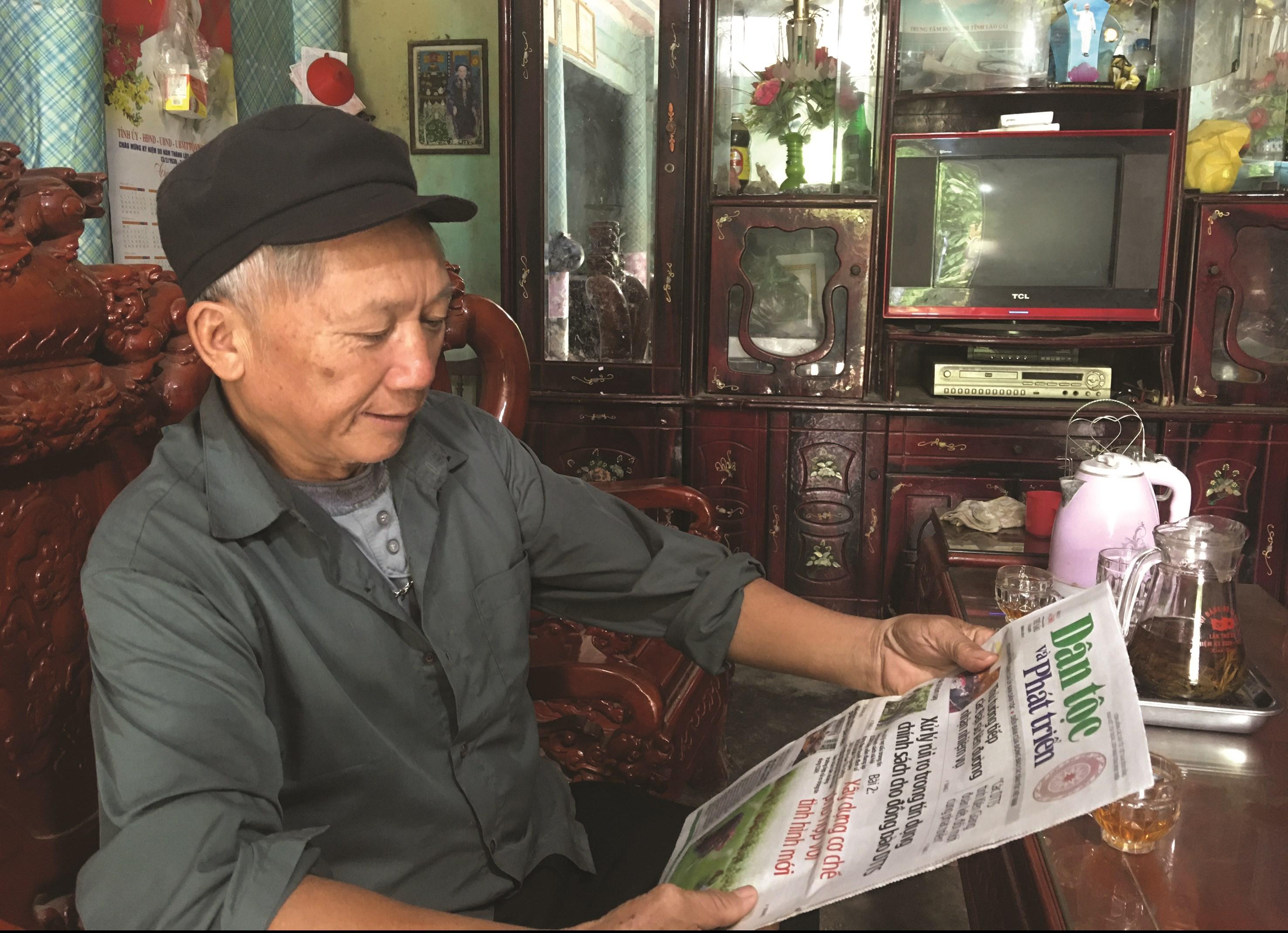 Đọc báo, xem ti vi, nghe đài cũng là một cách để ông Chín học được thêm nhiều kinh nghiệm hay, cách làm mới trong tuyên truyền, vận động bà con phát triển kinh tế, xóa đói giảm nghèo.
