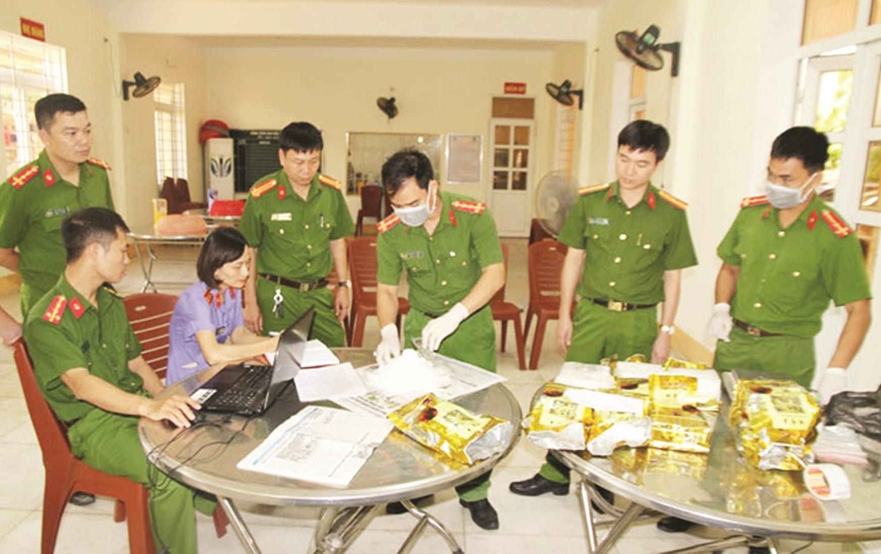 Lực lượng chức năng kiểm đếm số hàng ma túy đá thu giữ từ đối tượng Thắng.