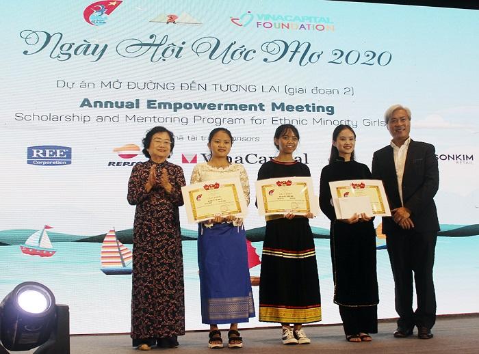 Bà Trương Mỹ Hoa, nguyên Phó Chủ tịch nước, Chủ tịch Quỹ Vừ A Dính trao phần thưởng cho các nữ sinh có thành tích học tập xuất sắc