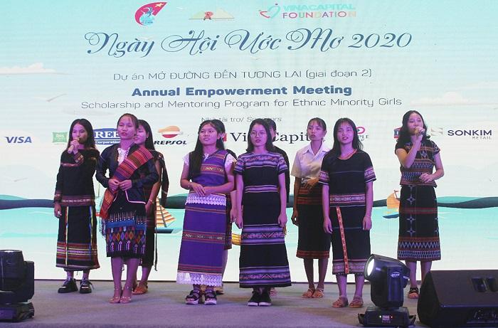 Các nữ sinh biểu diễn tiết mục văn nghệ trong đêm Gala