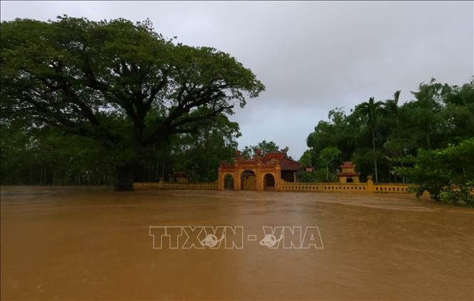 Nhiều tuyến đường tại huyện Phong Điền (Thừa Thiên - Huế) bị ngập sâu trong nước. Ảnh: TTXVN phát