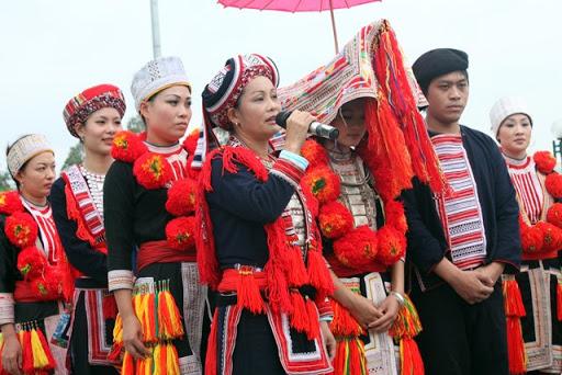 Páo dung dặn dò cô dâu về nhà chồng trong đám cưới người Dao đỏ Tuyên Quang