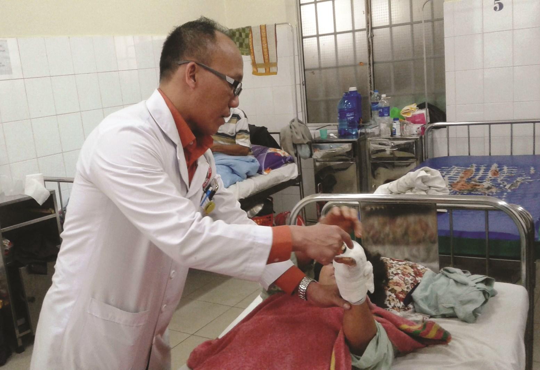 Bác sĩ đã nối thành công đôi bàn tay cho người bị máy cắt cỏ cắt đứt ở Lâm Đồng