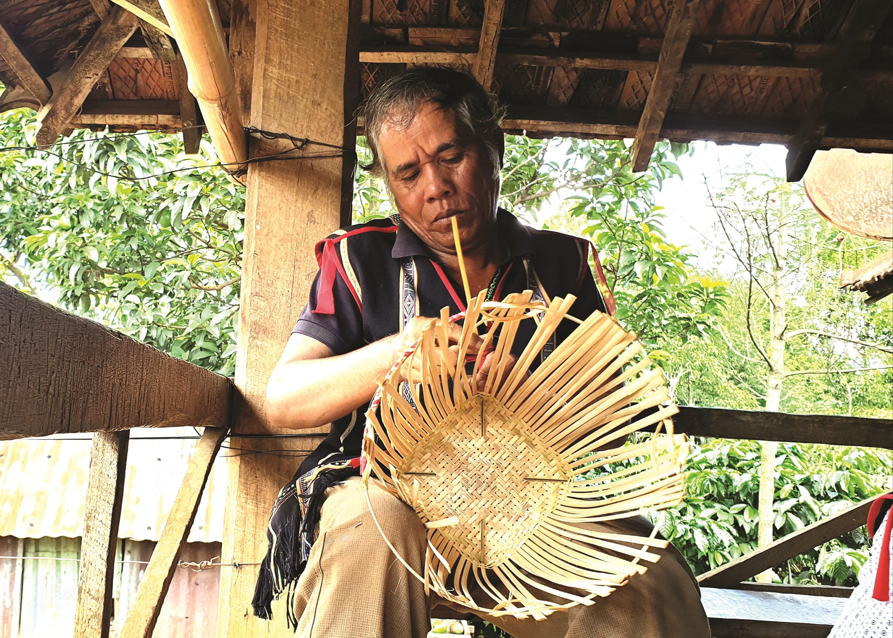 Nghề đan gùi được truyền lại cho thanh niên và đàn ông trong làng vì họ có đôi tay rắn chắc.