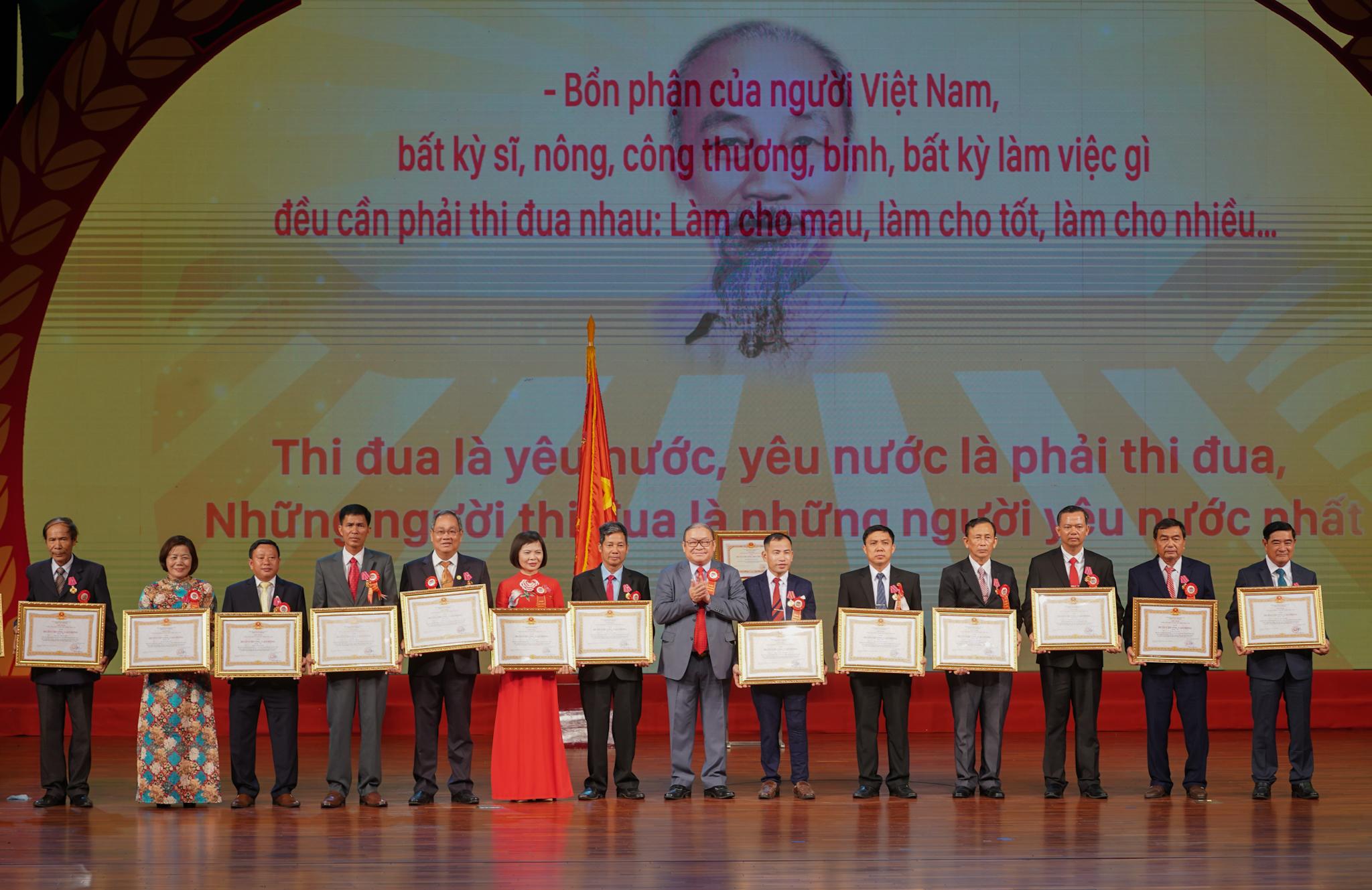 Chủ tịch Hội Nông dân Việt Nam trao Huân chương Lao động cho nông dân tiêu biểu. Ảnh: VGP/Quang Hiếu