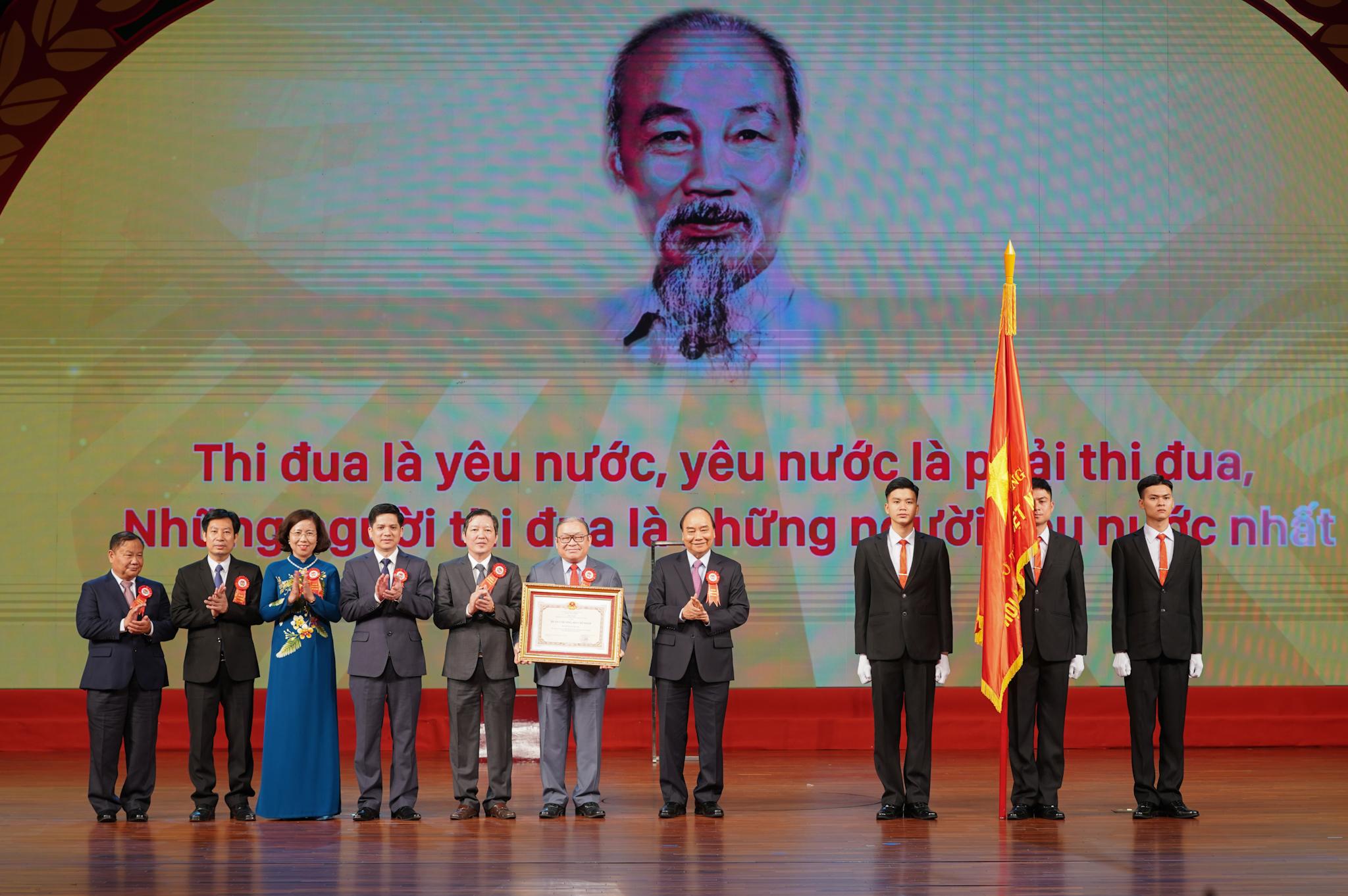 Thủ tướng trao Huân chương Hồ Chí Minh cho Hội Nông dân Việt Nam. Ảnh: VGP/Quang Hiếu