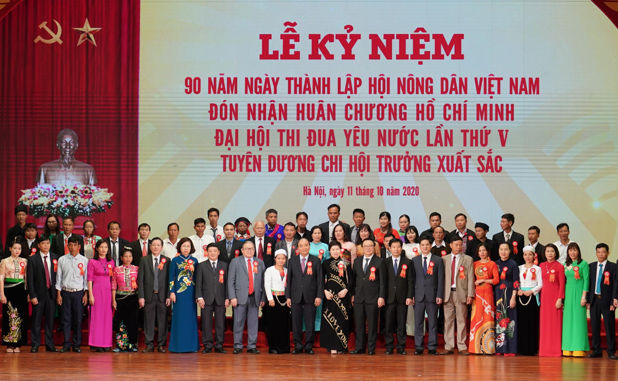 Thủ tướng Nguyễn Xuân Phúc và các đại biểu dự lễ kỳ niệm. Ảnh: VGP/Quang Hiếu