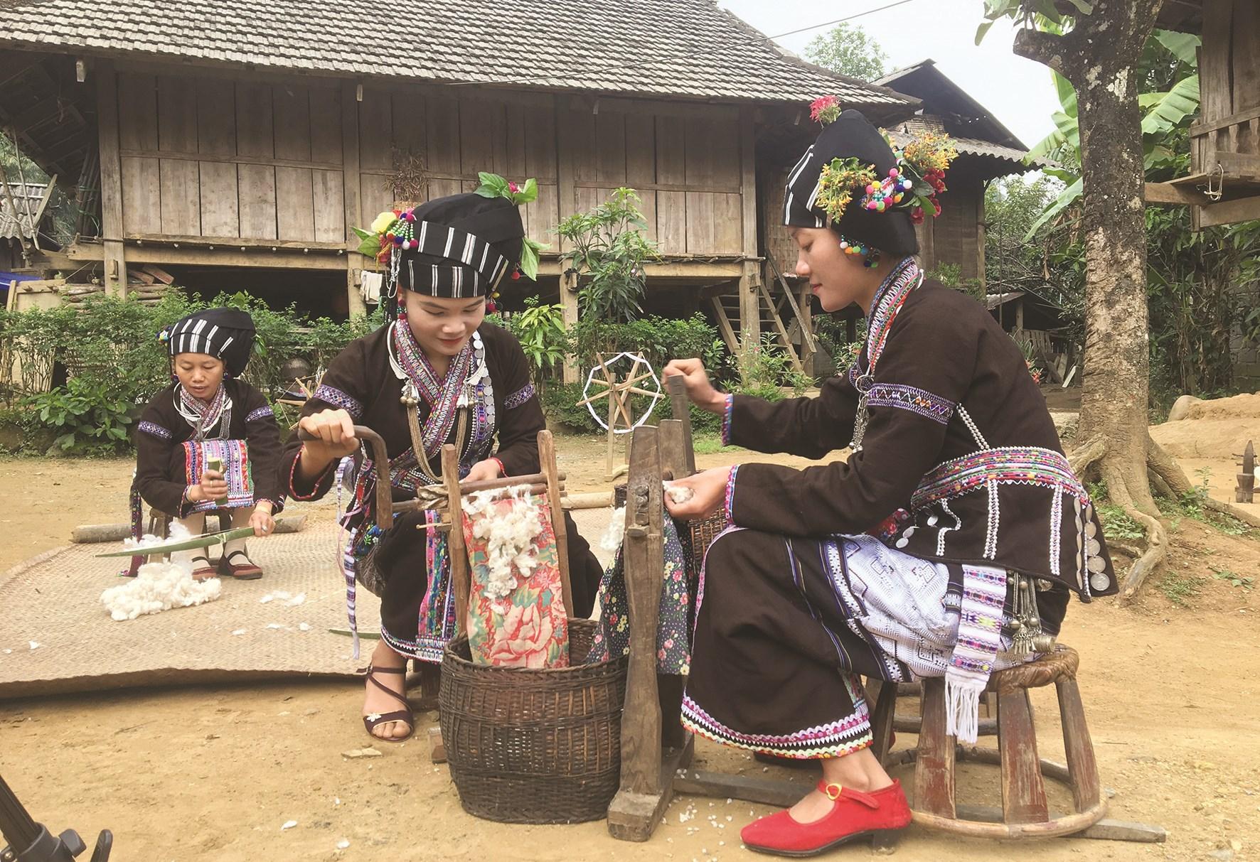 Những lúc nông nhàn, phụ nữ dân tộc Lự thường quay tơ, xe sợi