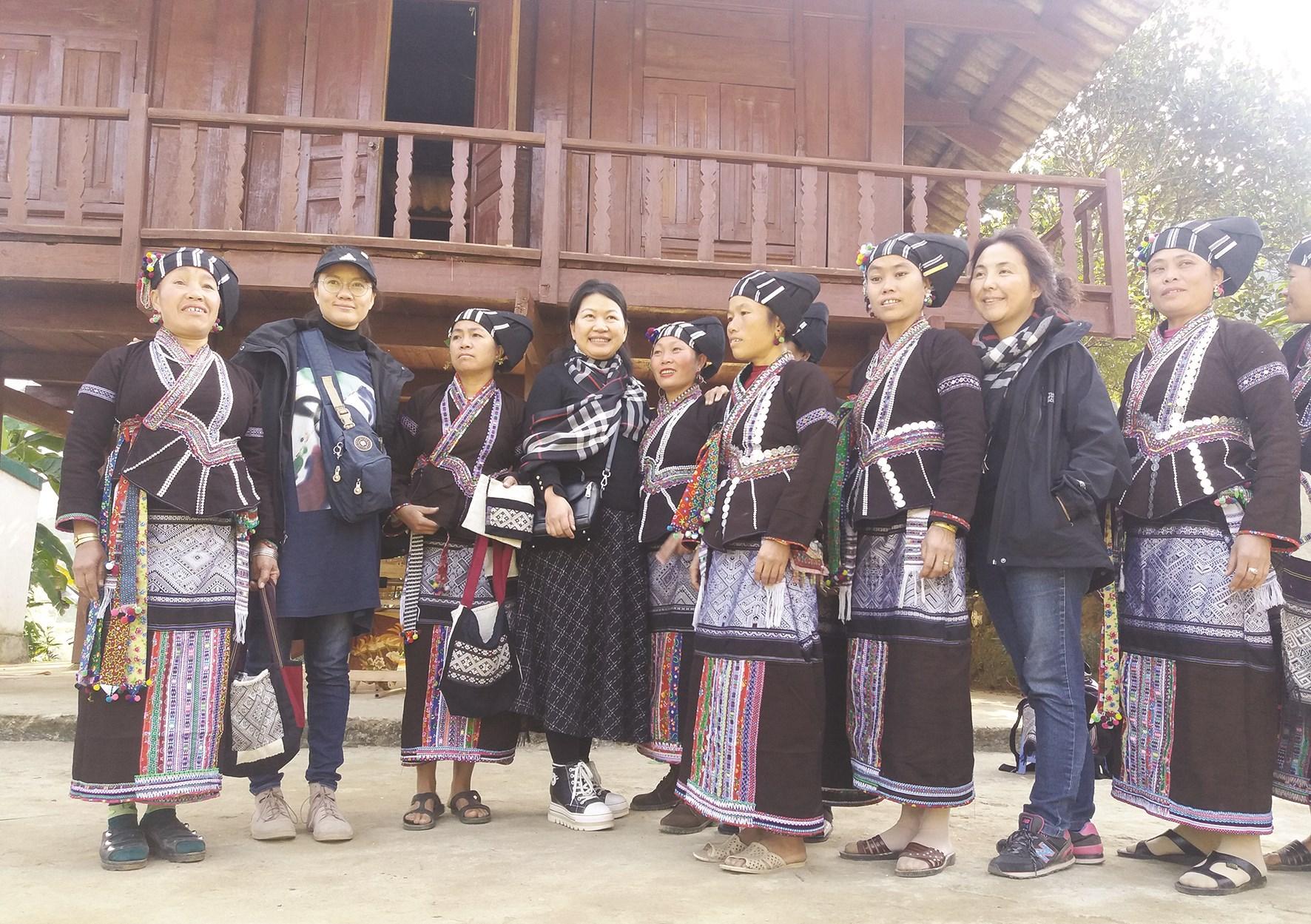 Những bộ trang phục mới là một phần không thể thiếu trong các dịp lễ, tết của phụ nữ dân tộc Lự