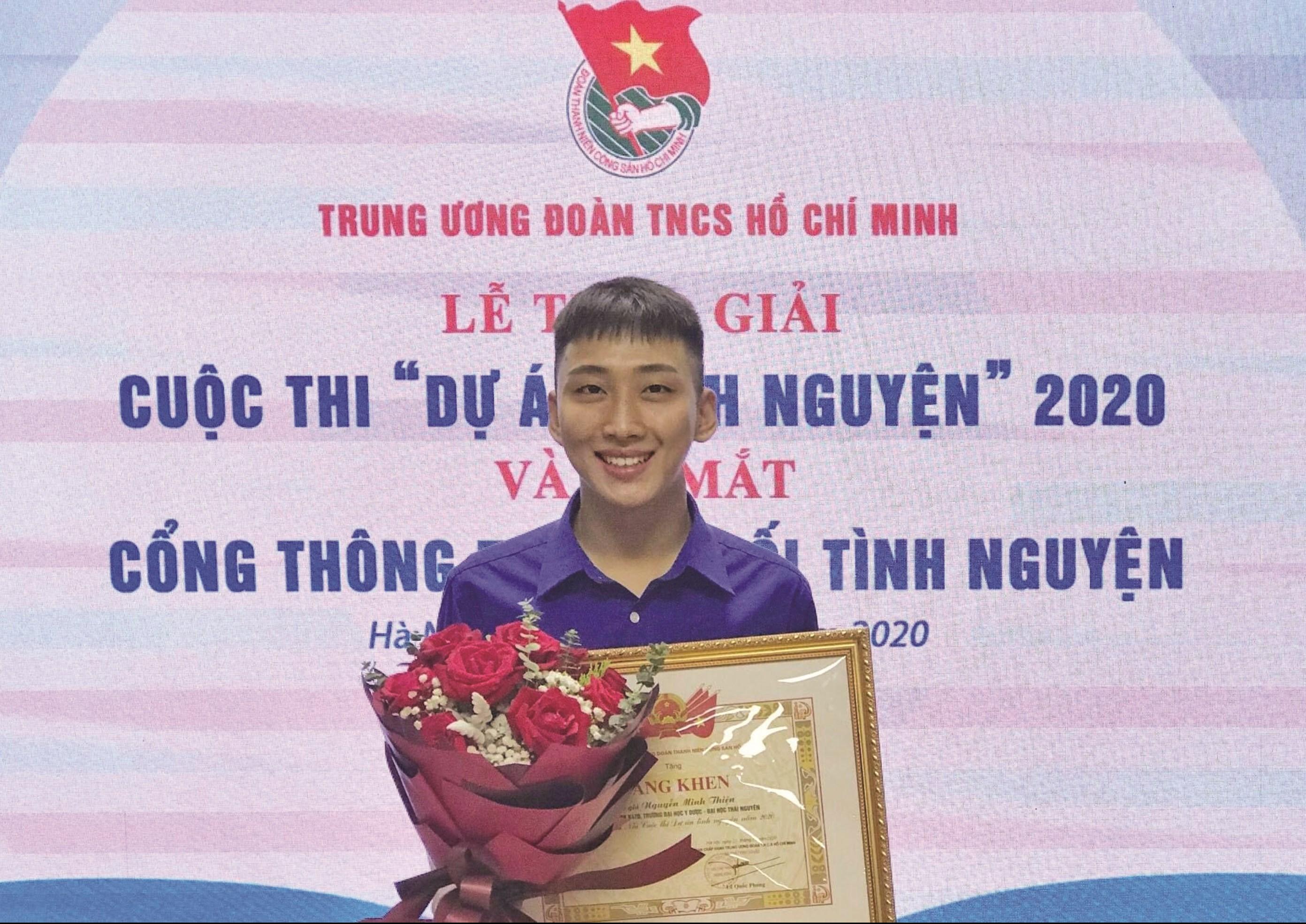 Nguyễn Minh Thiện nhận giải thưởng tại cuộc thi Dự án tình nguyện 2020.