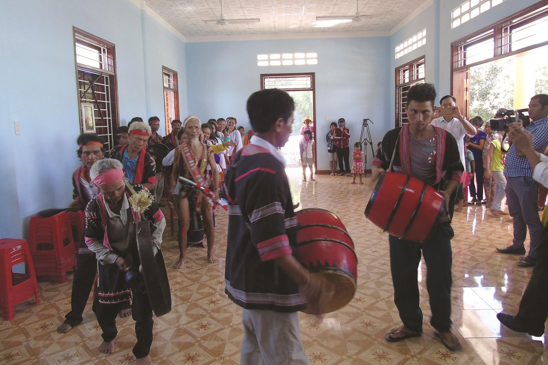 Các nghệ nhân ở Vân Canh trình diễn trống kơ-toang trong lễ cúng mừng nhà ông mới
