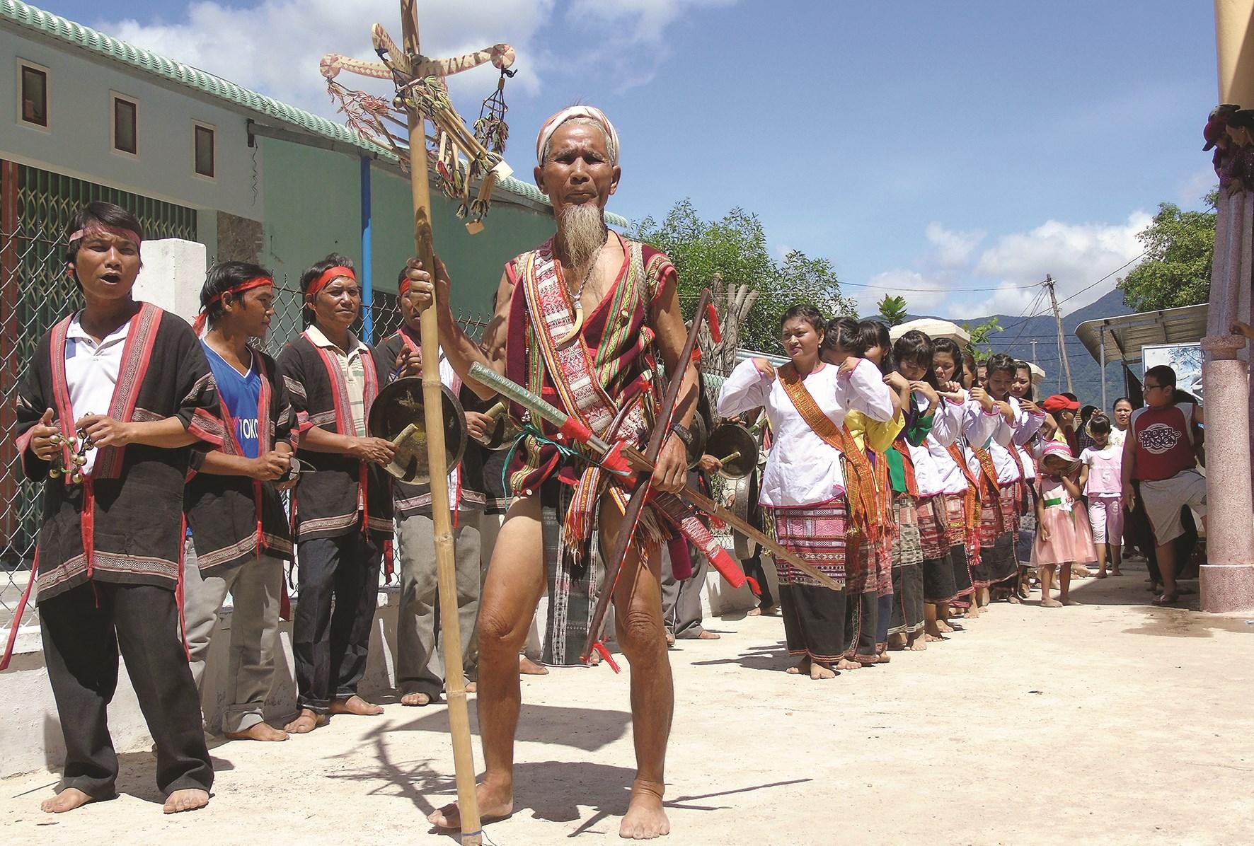 Già làng Lê Văn Ru (người cầm cây nêu) là một trong số ít những người am hiểu trống kơ-toang và văn hóa truyền thống của người Chăm H'roi huyện Vân Canh