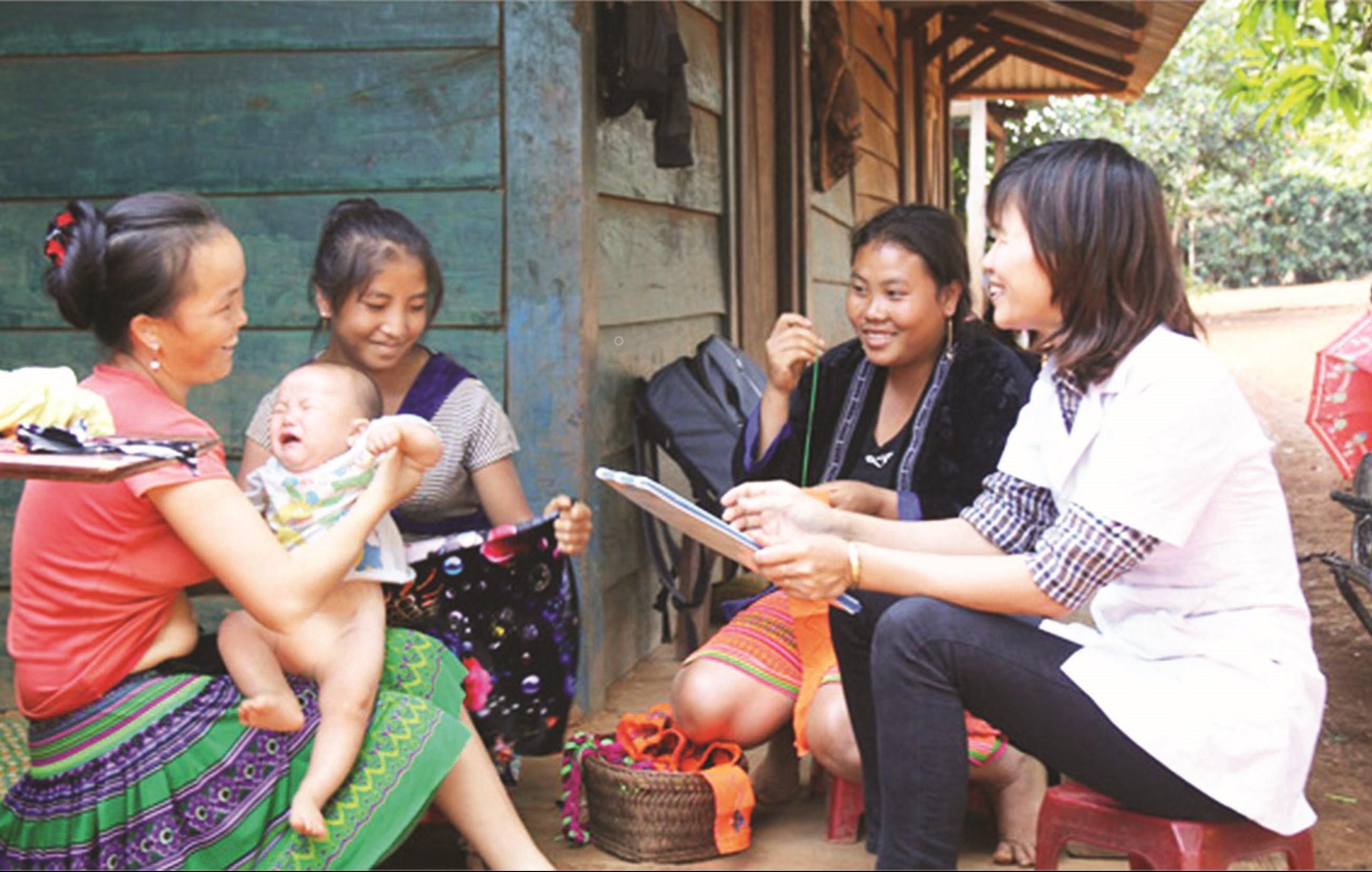 Cán bộ y tế tuyên truyền kiến thức chăm sóc sức khỏe sinh sản cho phụ nữ DTTS. Ảnh TL