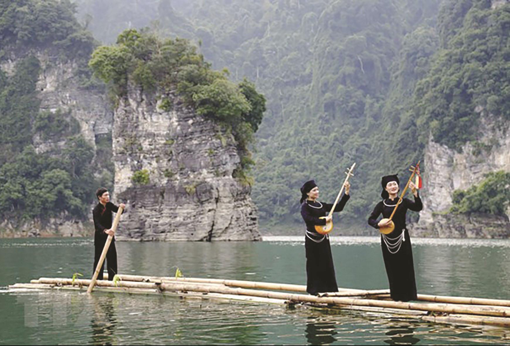 Tuyên Quang đang ngày càng phát triển, gắn kinh tế với bảo tồn bản sắc dân tộc. (Trong ảnh: Trên hồ Thủy điện Lâm Bình)