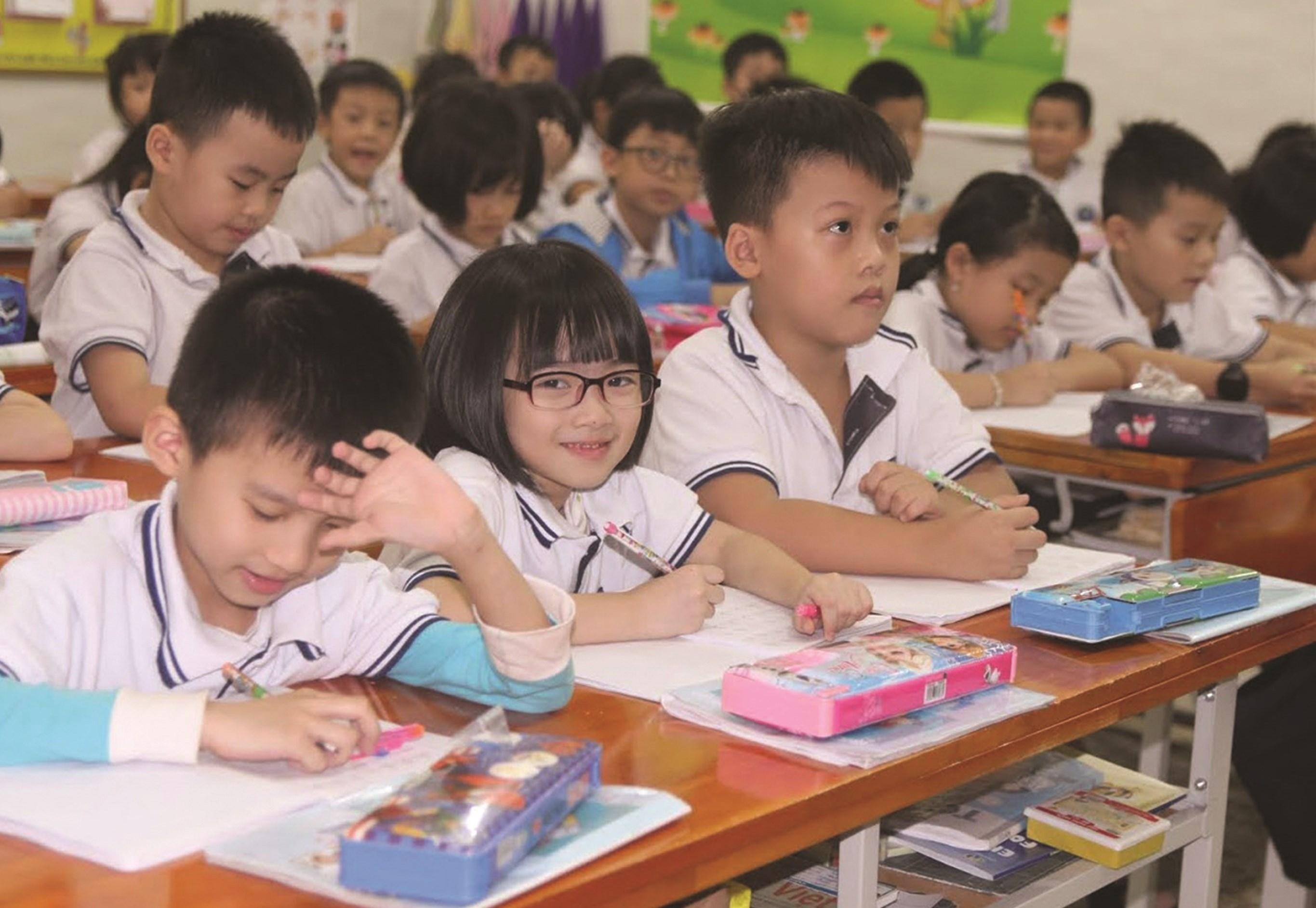 Chương trình giáo dục phổ thông mới áp dụng cho học sinh lớp 1 được đánh giá là quá nặng so với tuổi. Ảnh TL