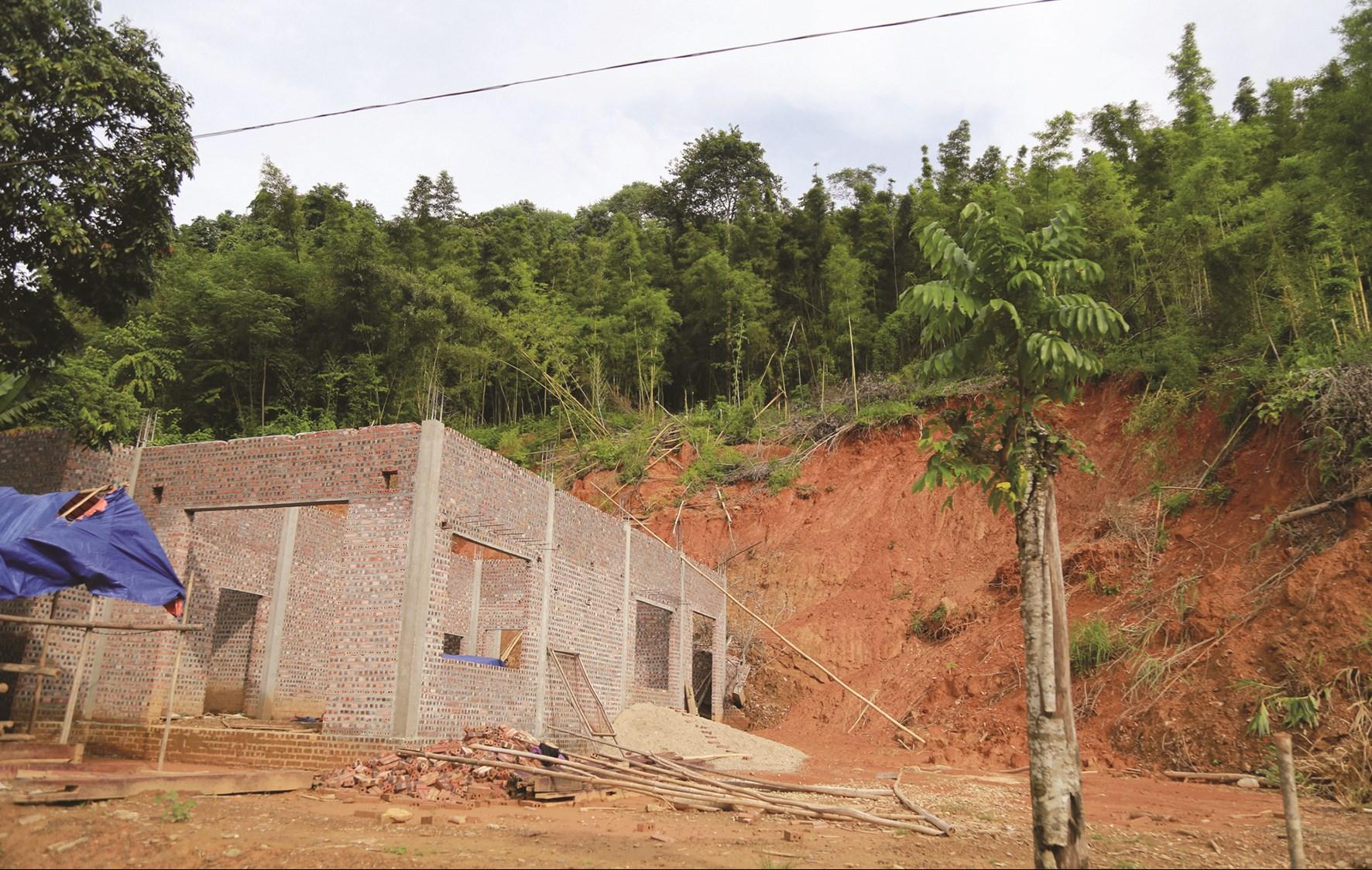 Ngôi nhà anh Vảng đang xây dựng dở đành phải dừng vì đất đá sạt lở.