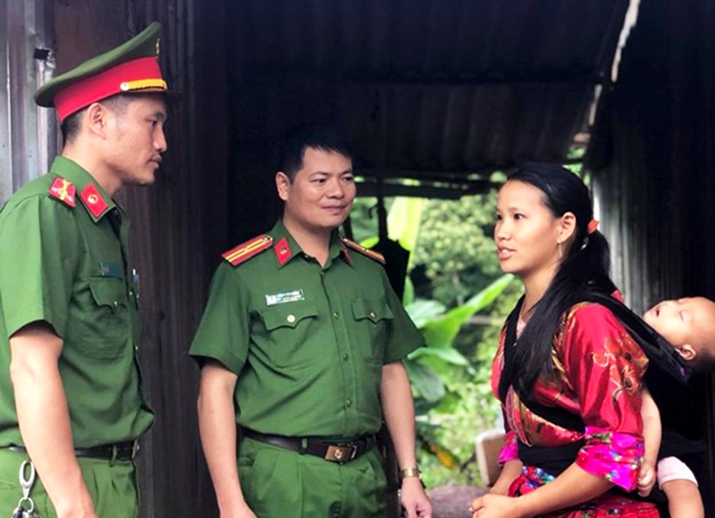 Cán bộ chiến sĩ Công an huyện Mường Nhé thăm gia đình chị Giàng A Xua ở bản Co Lót.