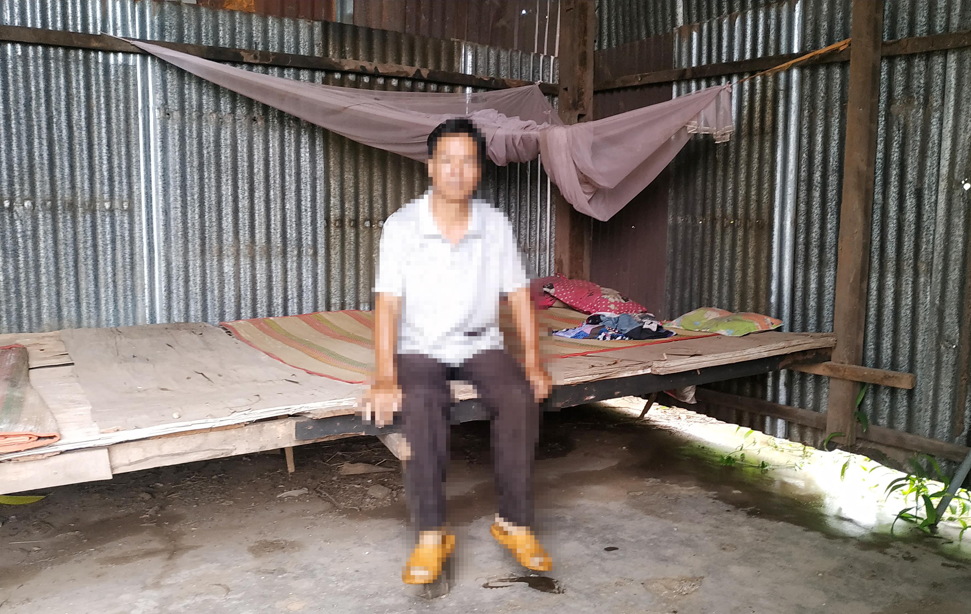 Sú A Giểng đang phải sống trong căn chòi dựng tạm bợ, rách nát